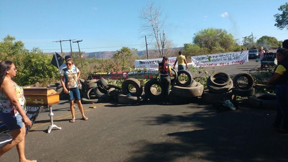 São cerca de 50 manifestantes que estão interditando a via (Foto: Divulgação/PRF)