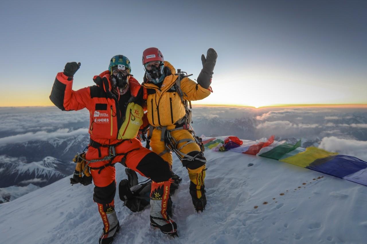Karina Oliani (de amarelo) e Máximo Kausch no cume do K2