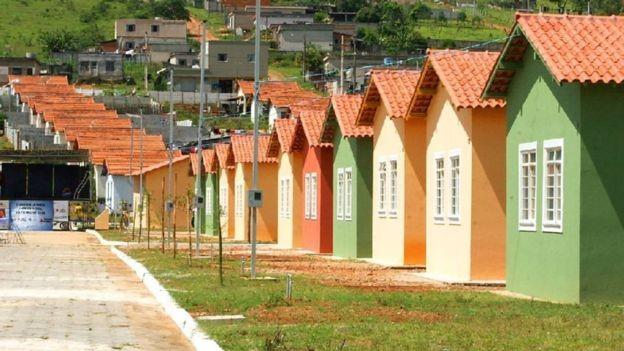 Entrega de casas populares durante a campanha é mencionada como um dos indícios de ilícito eleitoral (Foto: Agência Brasil/via BBC News Brasil)