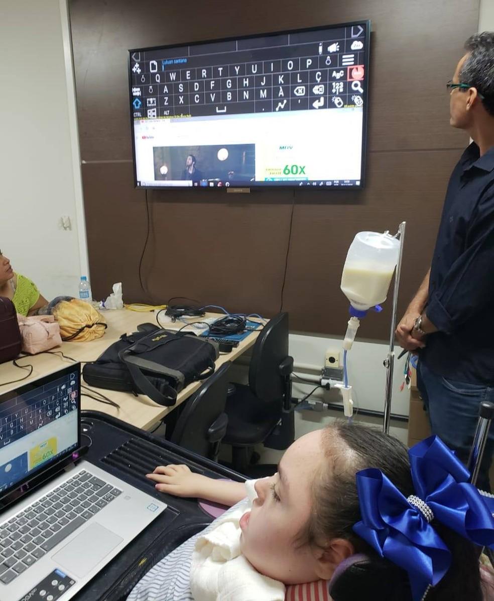 """Adolescente de Uberaba escreveu """"Estou muito feliz"""" na primeira vez que usou o sistema de comunicação ocular. — Foto: Graziela Pontim/Divulgação"""
