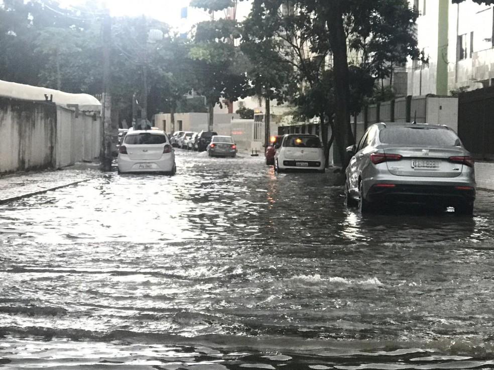 A Rua Coronel Durval Matos, no bairro do Costa Azul, em Salvador, foram uma das ruas alagadas.  — Foto: Valma Silva