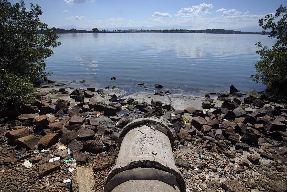 Esgoto jorra nas águas da Baía de Guanabara — Foto: Marcos Serra Lima/G1