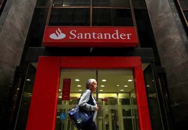 Mulher passa por agência do Banco Santander no Rio de Janeiro (Foto: Pilar Olivares/Reuters)