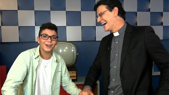 Wagner Barreto realiza o sonho de conhecer o Padre Reginaldo Manzotti; confira o vídeo