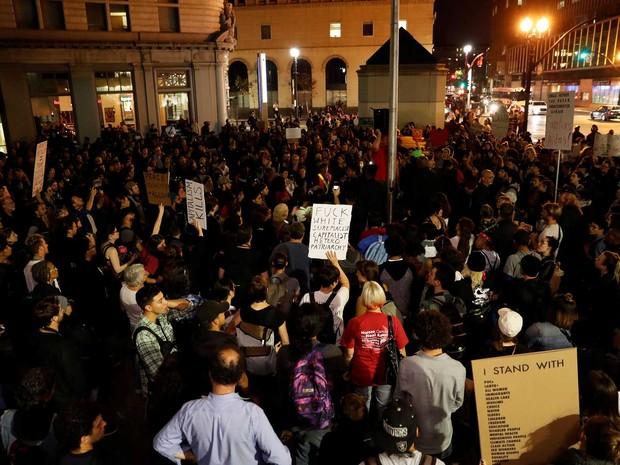 Manifestantes se reúnem na praça Frank Ogawa, em Oakland, na Califórnia, nos Estados Unidos, na noite de quinta-feira (10), para protestar contra a vitória de Trump  (Foto: Stephen Lam/ Reuters)