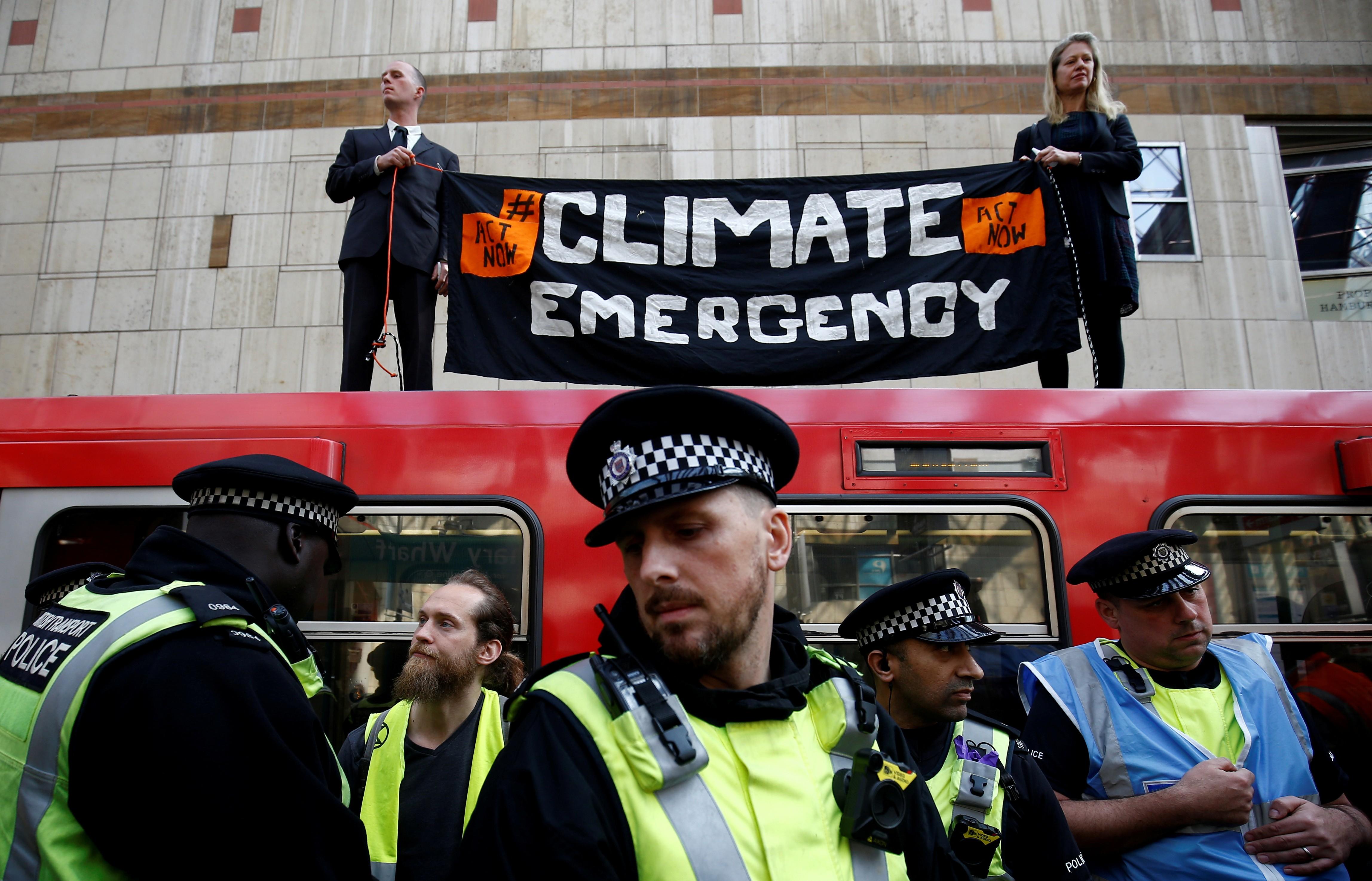 Manifestantes contra mudança climática afetam serviço de trem em Londres