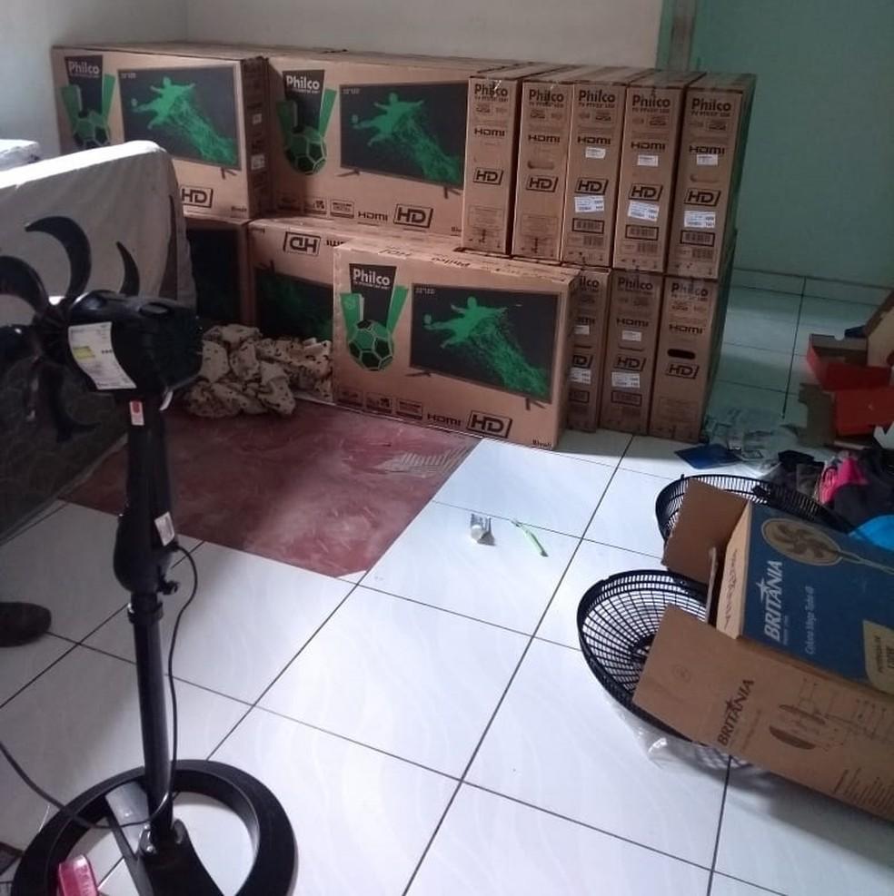 Na casa do adolescente foram encontrados 22 televisores e o cofre subtraído da empresa, que estava arrombado — Foto: Polícia Civil de Mato Grosso/Assessoria