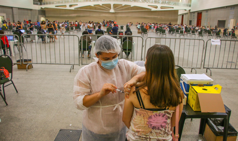 Fortaleza não registrou efeitos adversos graves ou moderados em adolescentes vacinados contra a Covid, diz secretária