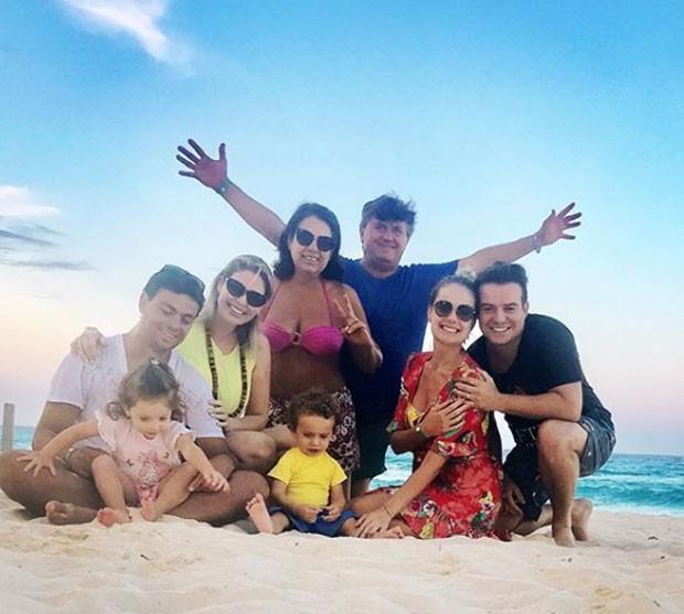 Thaís Pacholek viaja com marido e filho em Turks e Caicos (Foto: Reprodução)