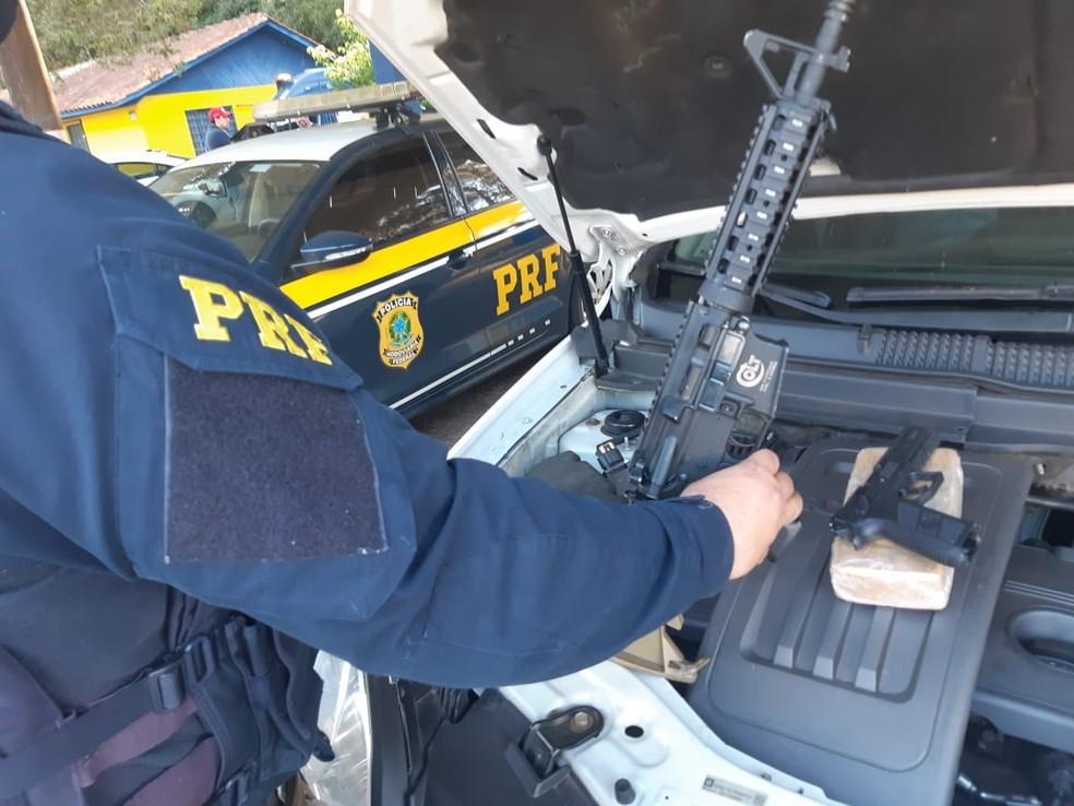 PM e passageiro de carro foram presos com fuzil, pistola e tablete de crack em fundo falso do veículo, na BR-373 — Foto: Divulgação/PRF