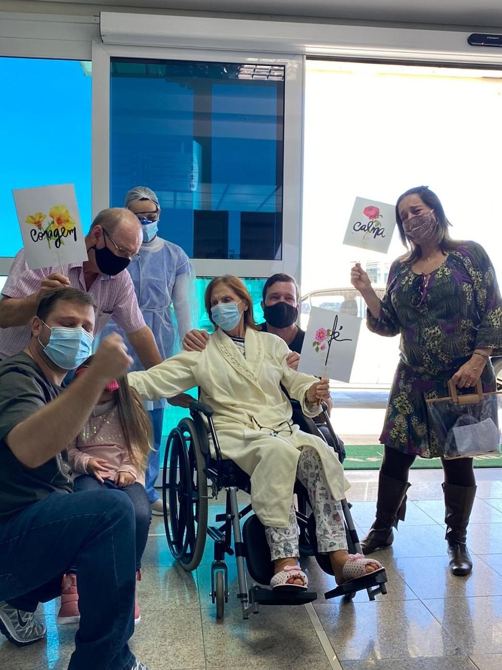 Familiares e amigos rezam por 40 dias em frente a hospital em SC para apoiar mulher com Covid-19