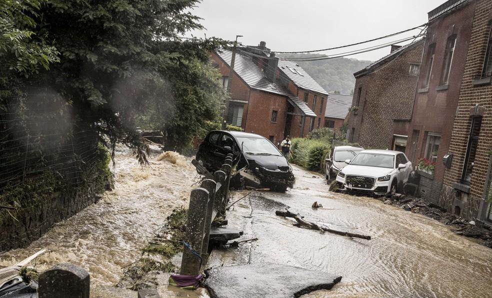 Carros danificados em rua inundada em Mery, na província de Liege, na Bélgica, em 14 de julho de 2021 — Foto: Valentin Bianchi/AP