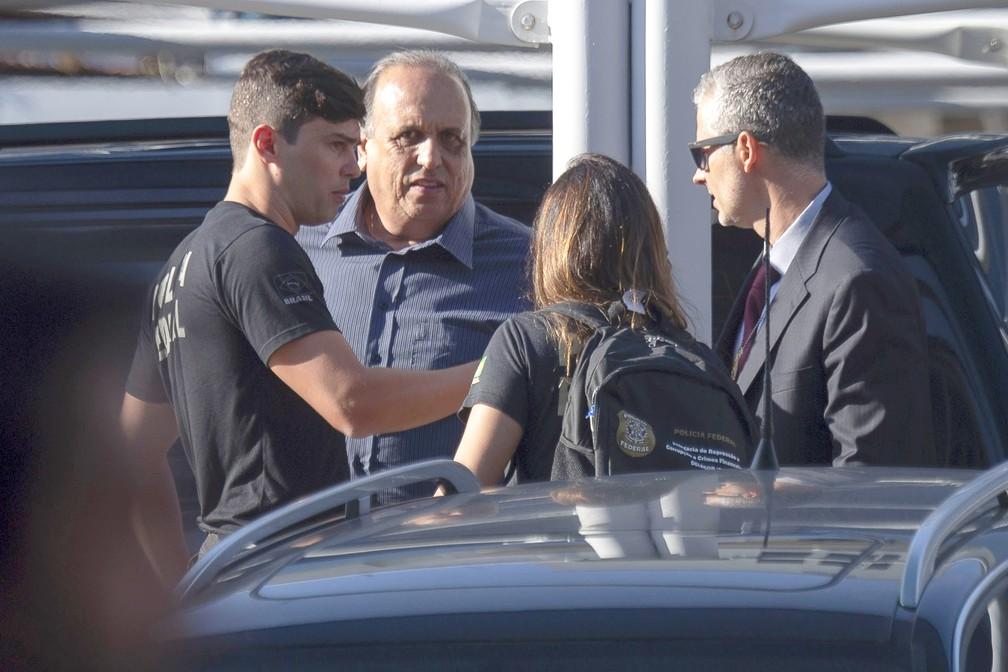 O governador do Rio de Janeiro, Luiz Fernando Pezão, chega à sede da Polícia Federal após ser preso  — Foto: Mauro Pimentel/AFP