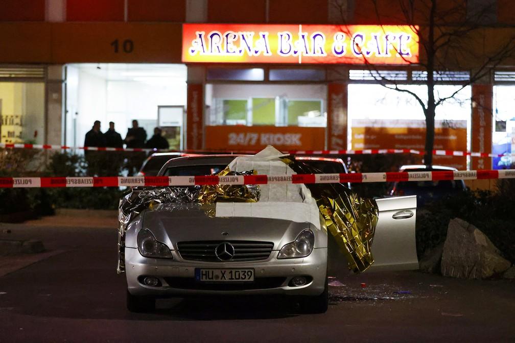 Policiais isolam local em Hanau, na Alemanha, onde houve ataque com tiros em bares — Foto: Kai Pfaffenbach / Reuters