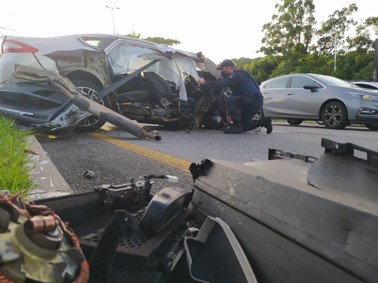Carro fica destruído após colisão contra árvore na Avenida Beira-Mar, em Florianópolis; FOTOS