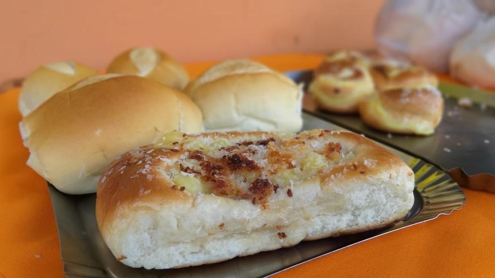 Roscas, pães, biscoitos e bolos são doados por padaria de Porangaba (SP) — Foto: Jamie Rafael/TV TEM