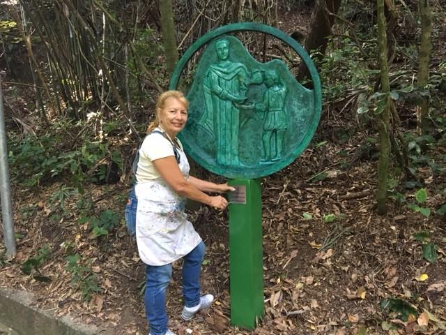 A artista plástica Mazeredo e uma das esculturas