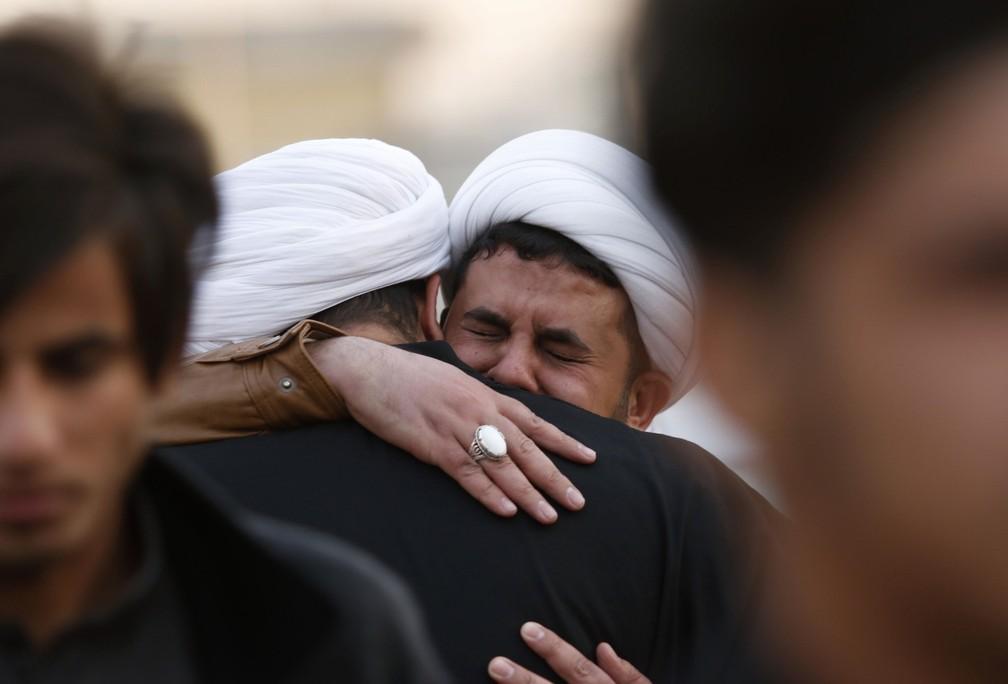 3 de janeiro - Clérigos xiitas e membros do Hashed al-Shaabi lamentam a morte de um membro religioso de sua comunidade, o xeque Mohannad al-Mayahi, em Basra, no Iraque  (Foto: Haidar Mohammed Ali/AFP)