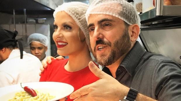 Azar e a cantora Luisa Sonza durante a criação de um prato (Foto: Reprodução/Instagram)