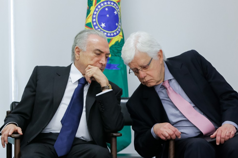 Michel Temer conversa com Moreira Franco em dezembro de 2016 — Foto: Marcos Corrêa/PR