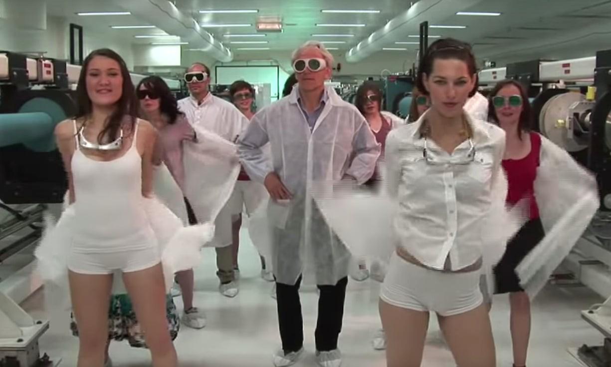 Cena do videoclipe estrelado por Gérard Mourou (Foto: Reprodução)
