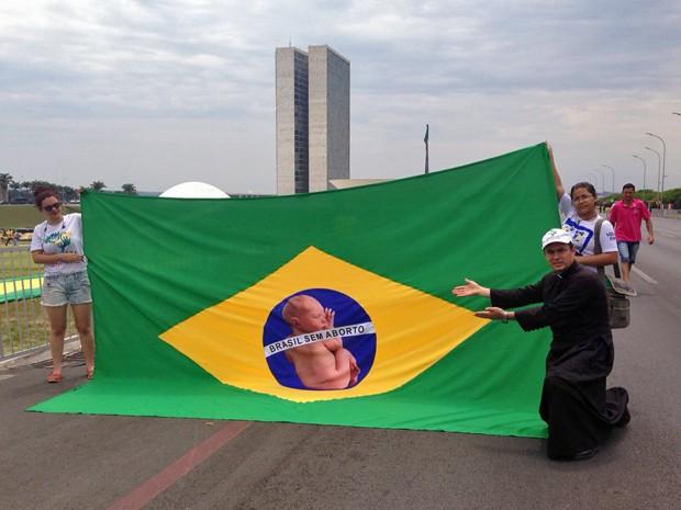 O padre polonês Pedro Stepien participou da manifestação com uma bandeira contra o aborto (Foto: Gabriel Luiz/G1)