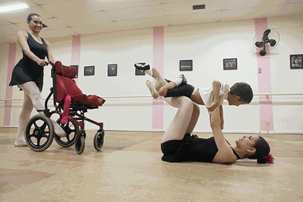 Segundo o grupo, os demais alunos aprendem valores ao compartilhar o palco e as aulas com os dançarinos com necessidades especiais (Foto: Assessoria)