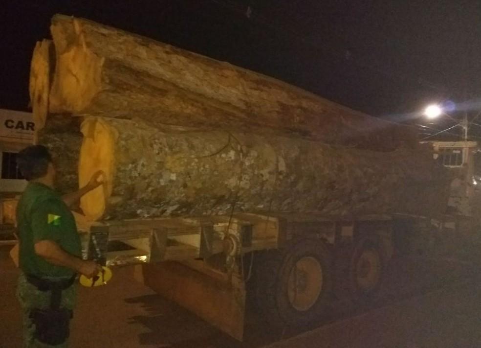 Homens e madeira foram levados para a Delegacia de Acrelândia (Foto: Divulgação/Batalhão Ambiental )