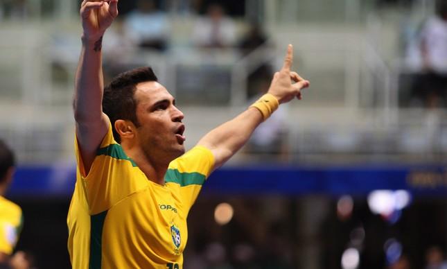 Falcão saúda a torcida no Rio, durante jogo contra a Ucrânia, na Copa do Mundo de Futsal de 2008, vencida pelo Brasil