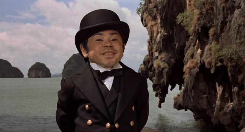 Hervé Villechaize em cena de 007 Contra o Homem da Pistola de Ouro (1974) (Foto: Reprodução)