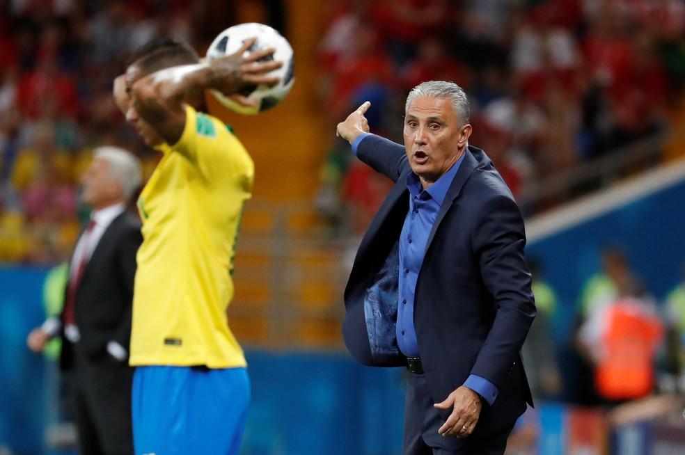 Tite dá instruções durante a partida de estreia do Brasil contra a Suíça (Foto: Reuters)