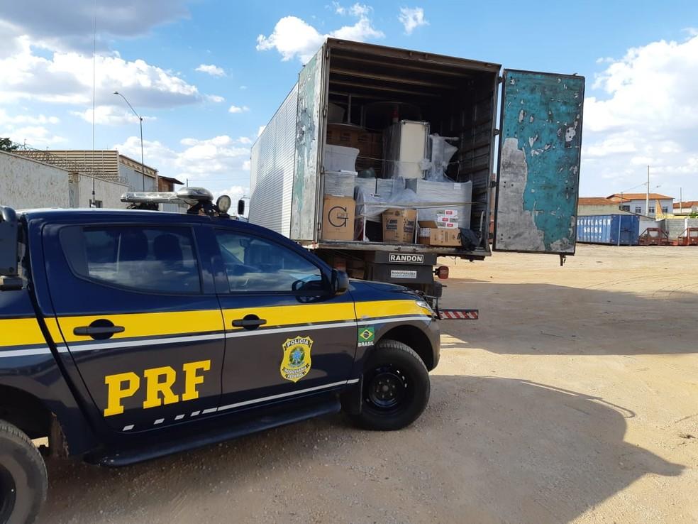 Caminhão foi abordado durante uma fiscalização de rotina na BR-251 — Foto: Polícia Rodoviária Federal/ Divulgação