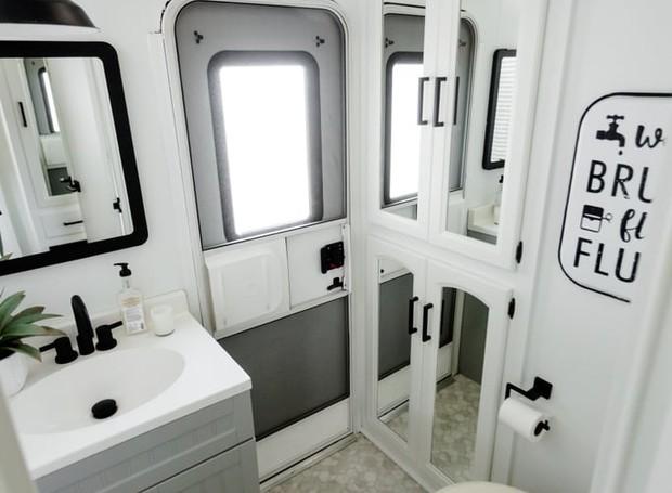 O casal instalou lustres até mesmo no banheiro para garantir uma boa iluminação (Foto: Brianne and Sean Walker/ Reprodução)