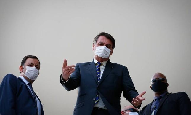 O presidente Jair Bolsonaro no alto da rampa do Planalto