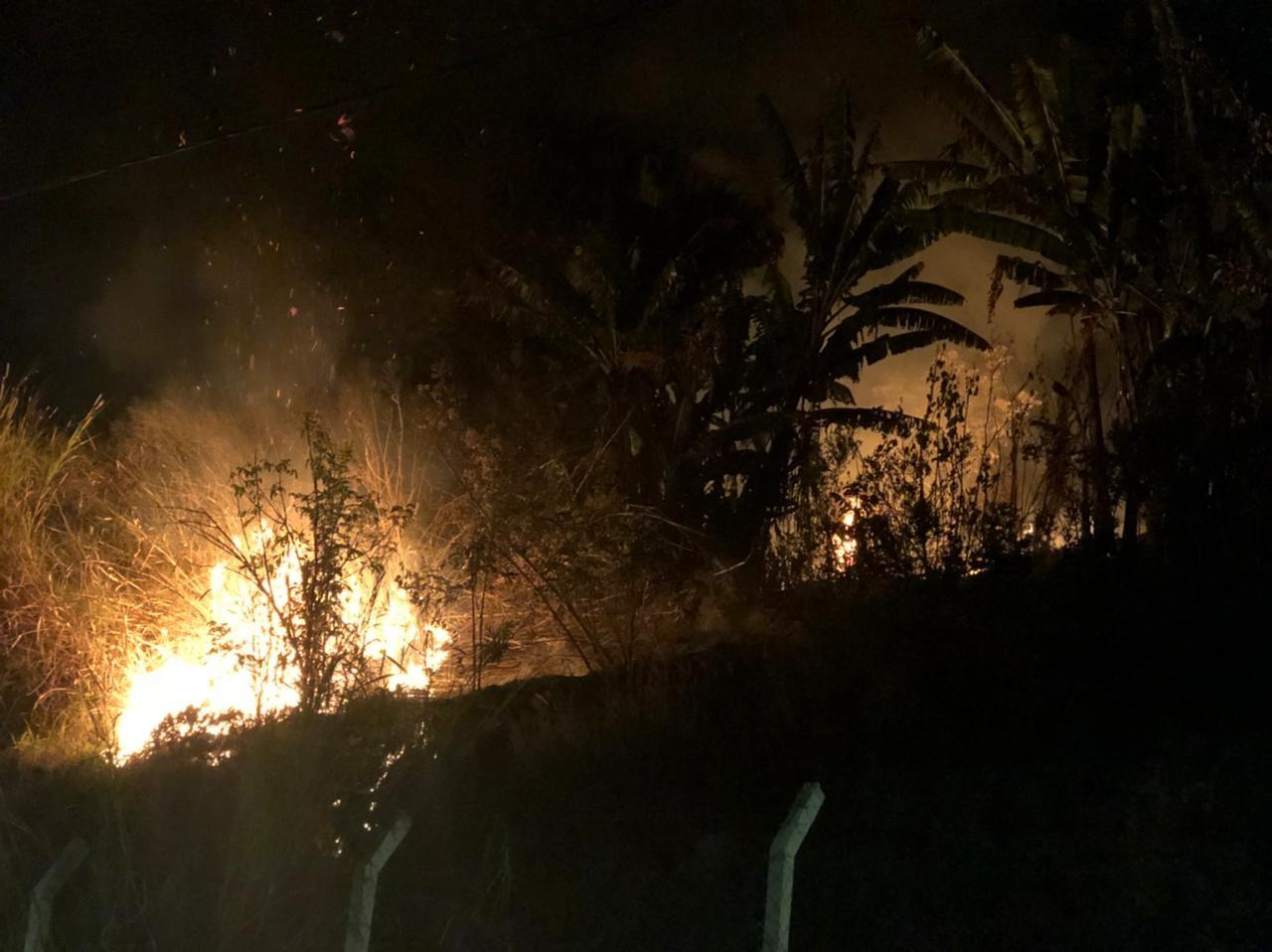 Bombeiros combatem incêndio em área de preservação no Parque do Cristo em Araxá