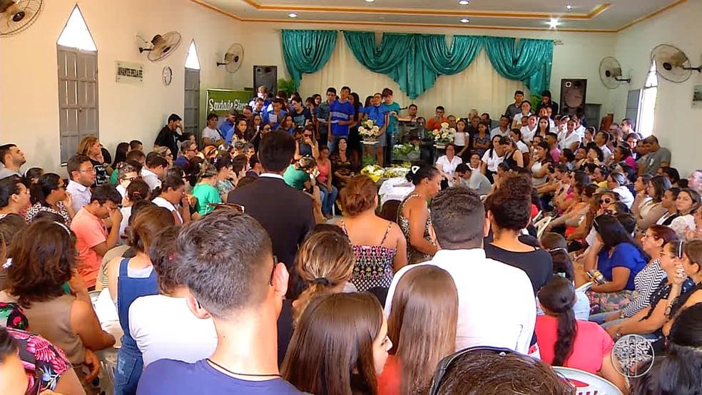Corpo do jovem foi velado na Igreja Assembleia de Deus, na comunidade Juremal (Foto: Reprodução/Inter TV Costa Branca)