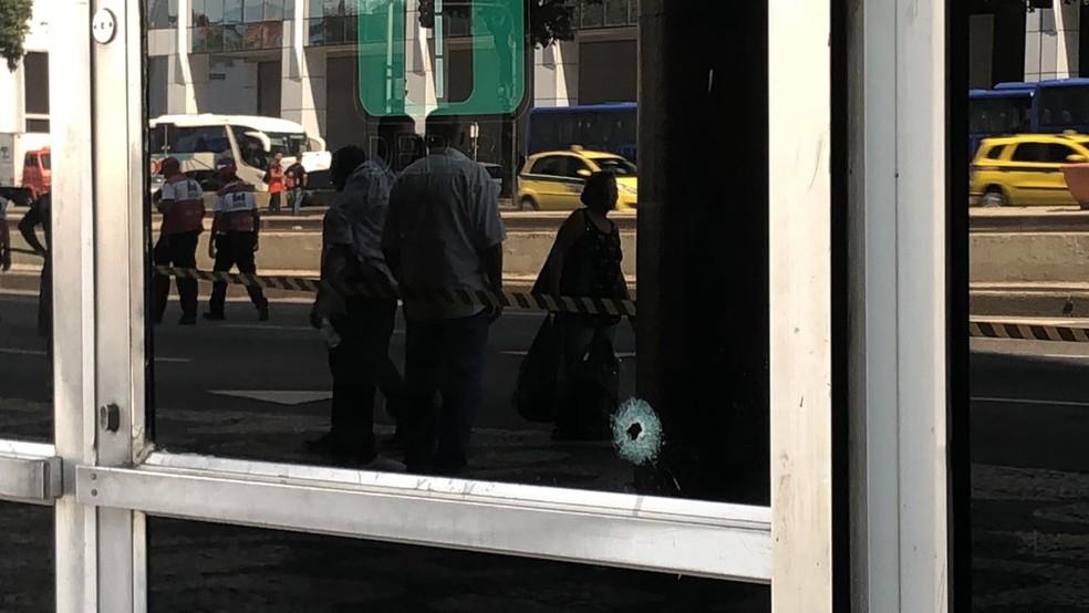Vidro do prédio do Departamento de Estradas de Rodagem (DER)  foi atingido durante o tiroteio (Foto: Bruno Albernaz/G1)
