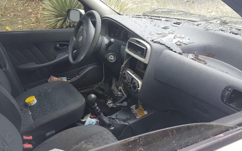 Carro ficou destruído por dentro, depois de capotamento — Foto: Jony Torres/TV Bahia