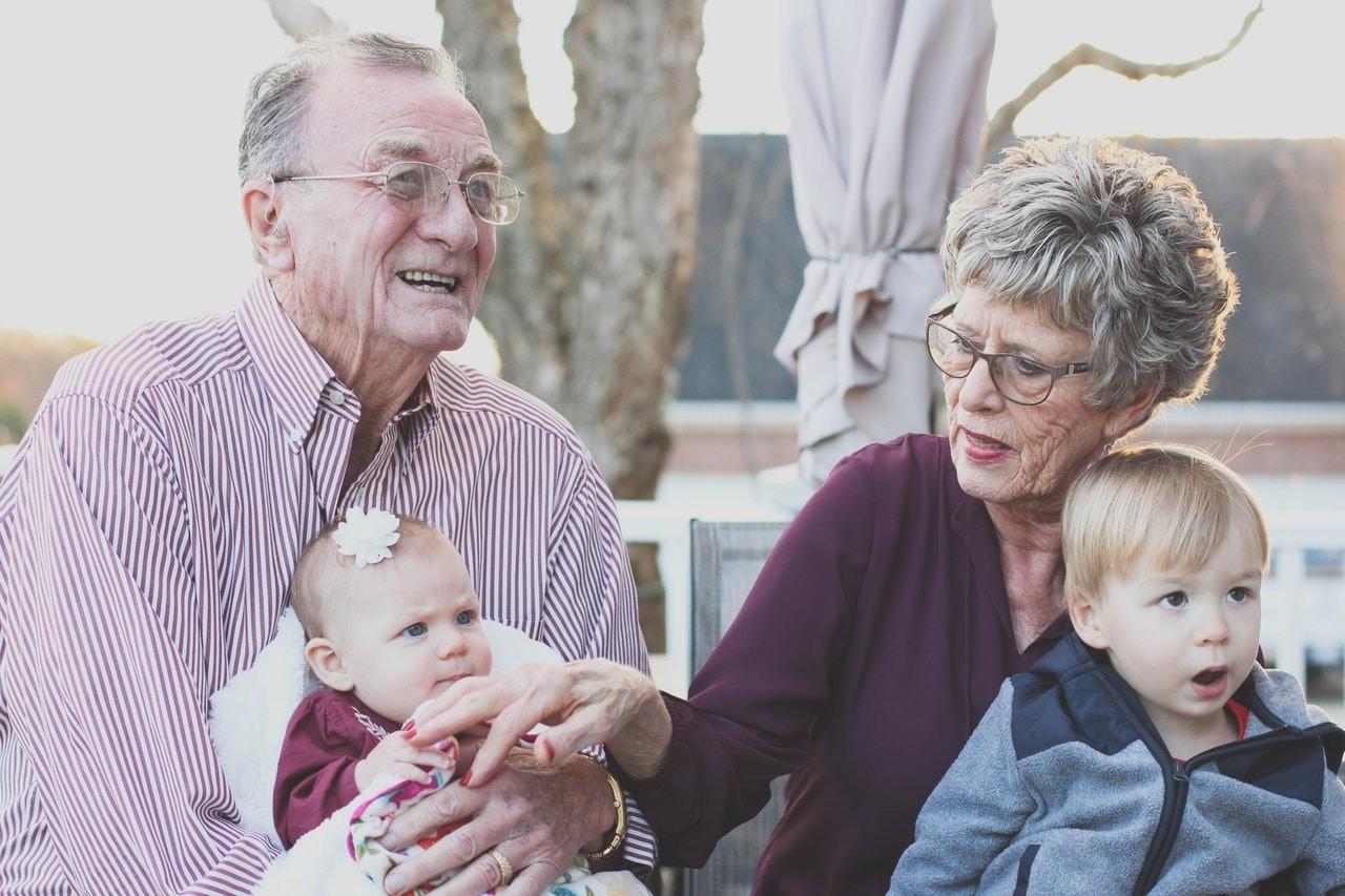Tudo bem os avós darem selinhos nas crianças? (Foto: Pexels/ Pixabay)