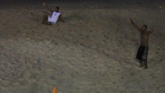 Foliões param 'baba' na praia para dançar ao som do Asa de Águia