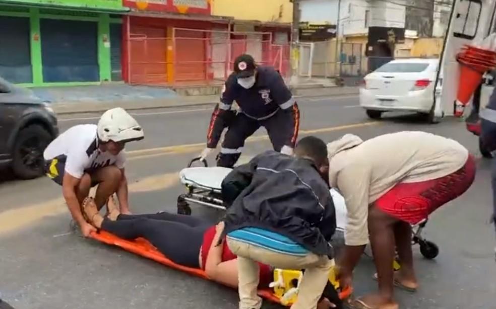 Vítima foi socorrida por uma equipe do Samu e levada a uma unidade médica em Salvador — Foto: Reprodução/TV Bahia