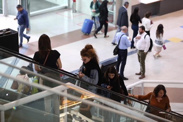 A dupla Anavitória come no aeroporto Santos Dumont (Foto: AgNews/André Freitas)