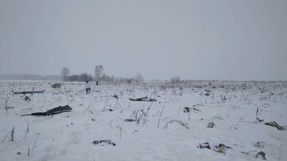 O local onde caiu o aviA?o da Saratov, perto de Moscou, na RA?ssia  (Foto: Reuters)