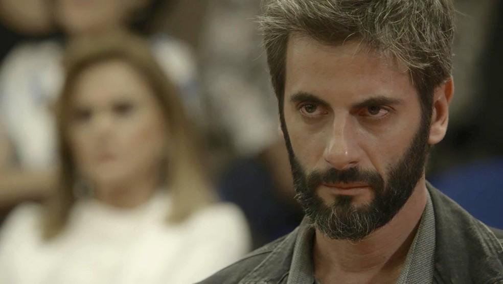 Cena da novela 'O outro lado do paraíso' em que o personagem Vinicius é julgado pelo crime de abuso sexual (Foto: Reprodução/TV Globo)
