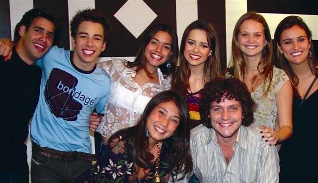 Edawrd Boggis agachado ao lado de Sandy & Junior e mais amigos artistas (Foto: Divulgação/ Paulinho Segura)