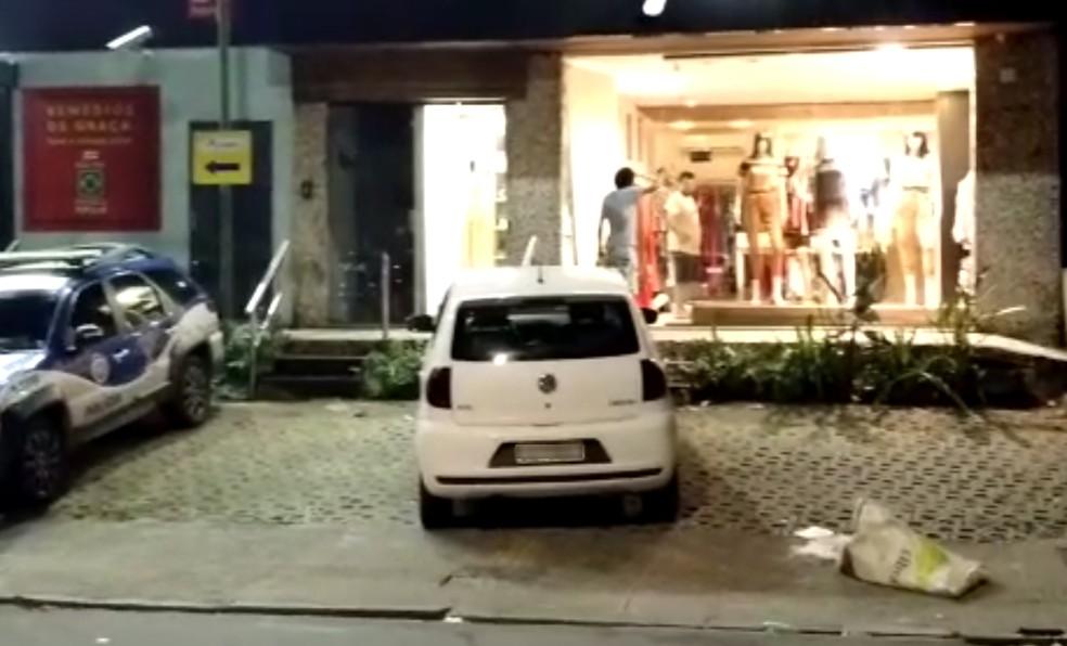 Loja de roupas é arrombada e tem produtos furtados no bairro da Graça, em Salvador — Foto: Bruno Queiroz/TV Bahia