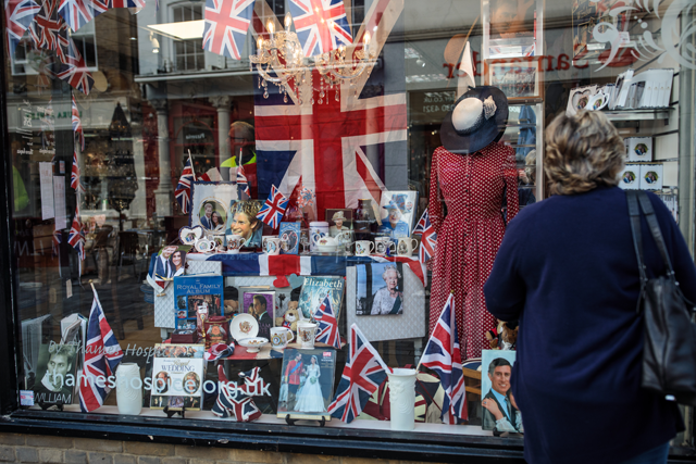 Vitrine de um gift shop em Windsor: totalmente dedicado ao merchandising do casamento real (Foto: Getty Images)