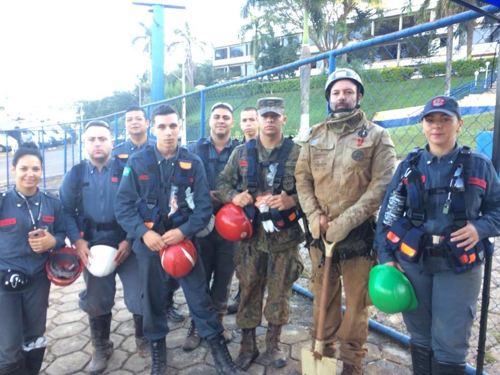 Bombeiros voluntários começam a ajudar nas buscas do lado esquerdo do rio — Foto: Tahiane Stochero/G1