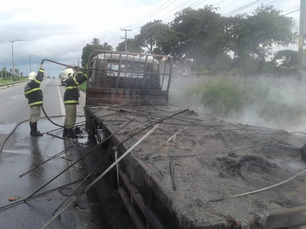 O motorista abasteceu o caminhão com óleo diesel em um posto na rodovia e, logo após deixar o local, o fogo começou — Foto: Foto: divulgação/Corpo de Bombeiros