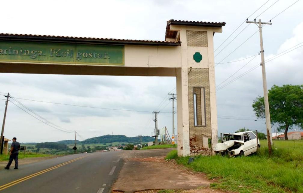 Portal indica a entrada da cidade e carro seguia no sentido Bauru-Piratininga — Foto: Carolina Abelin/TV TEM